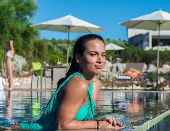 villa-del-mar-lefkada-ammouso-girl-pool-view