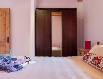 villa-four-seasons-katouna-lefkada-greece-double-bedroom-closet