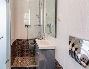 Bathroom 2: Ensuite bathroom in bedroom 1