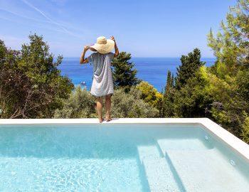 villa-da-lula-agios-nikitas-lefkada-girl-infinity-pool