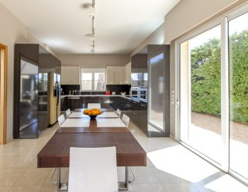 villa-nikopolis-preveza-greece-fully-equipped-kitchen-with-dining-room_1