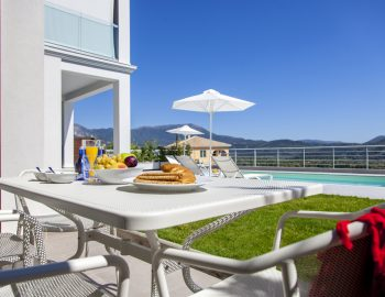 villa-o-offwhite-vasiliki-lefkada-greece-outdoor-dining-with-pool-view