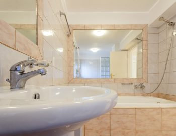 villa-poseidon-nikiana-lefkada-lefkas-greece-lower-ground-family-bathroom-with-bathtub
