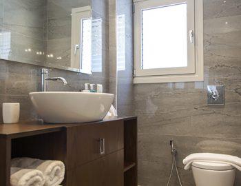 villa-w-offwhite-vasiliki-lefkada-greece-ensuite-bathroom