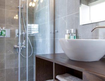 villa-w-offwhite-vasiliki-lefkada-greece-ground-floor-bathroom