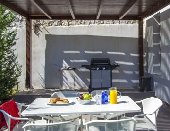 villa-w-offwhite-vasiliki-lefkada-greece-outdoor-dining-with-fully-equipped-bbq
