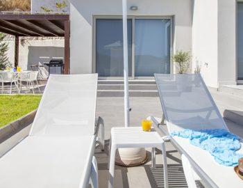 villa-w-offwhite-vasiliki-lefkada-greece-sunbed-setting
